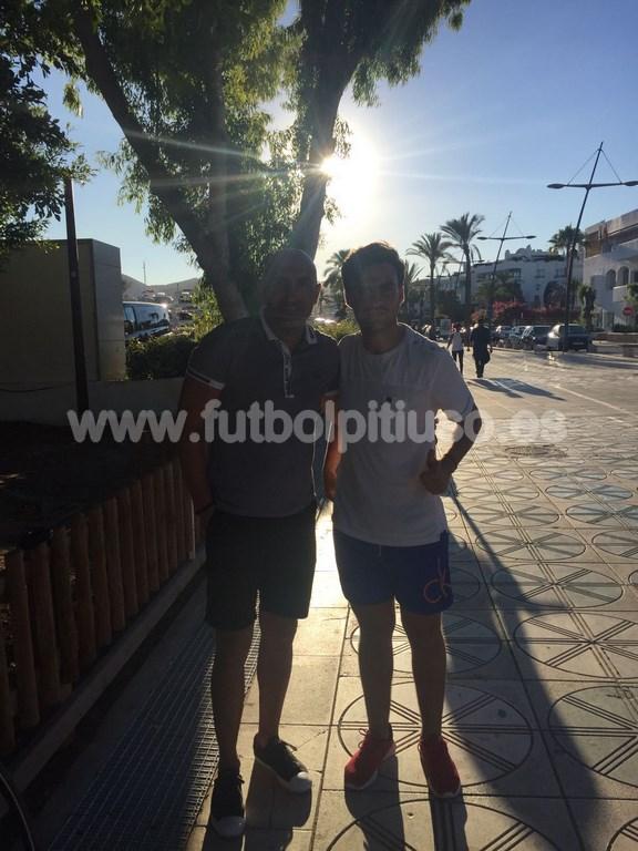 El exentrenador del Sporting Abelardo se hace una foto con el chaval que está de moda en la isla.