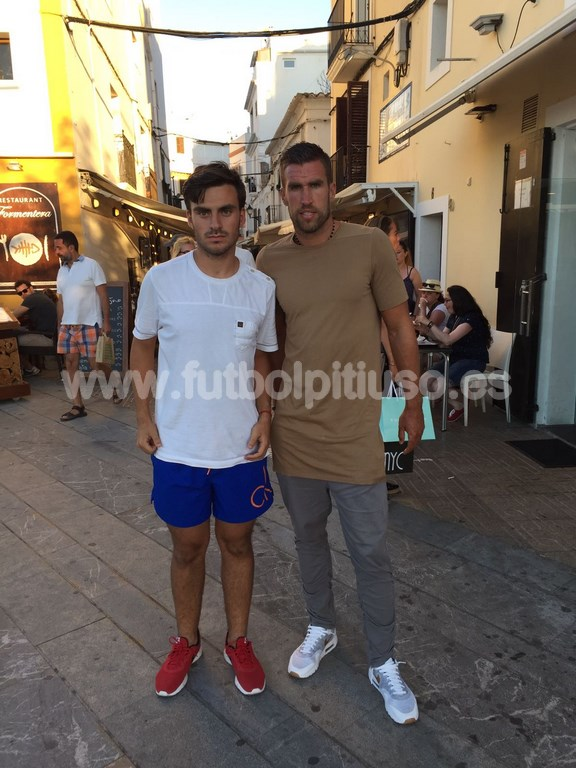 El futbolista de la Roma Kevin Strootman con el cazacracks ibicenco.