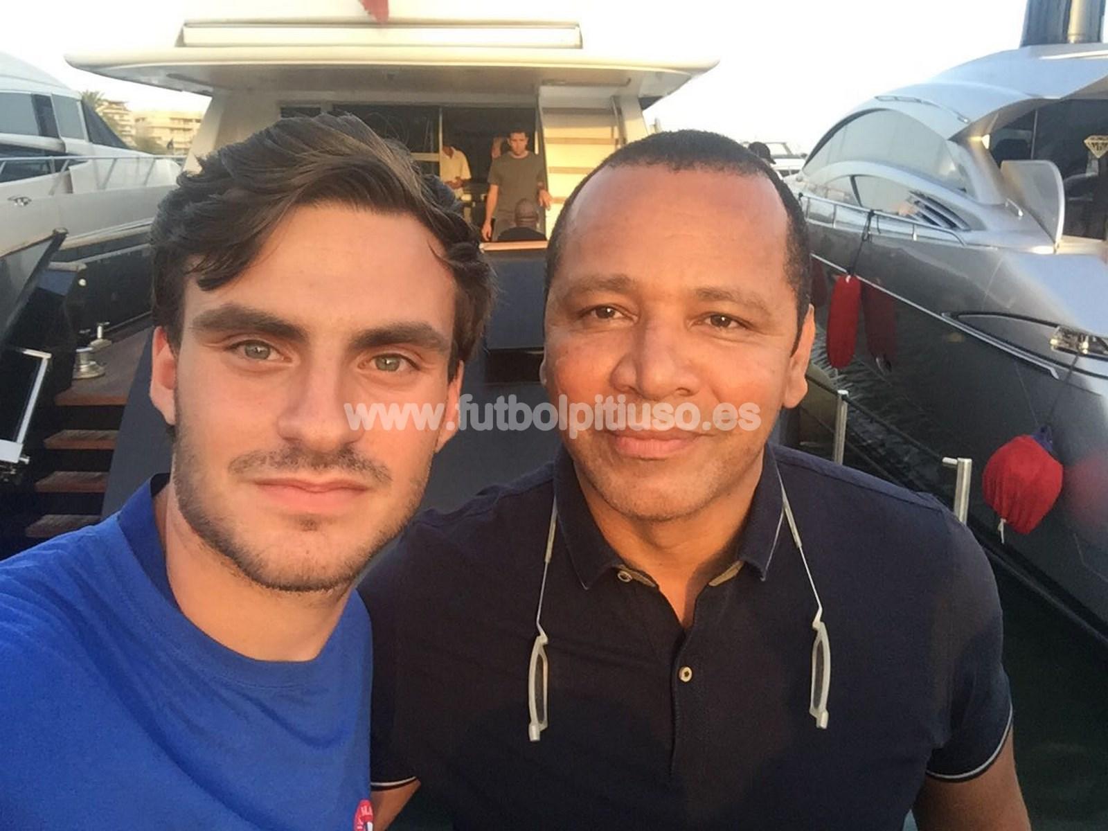 El padre del jugador del Barça también se retrató con Manu, el otro cazacracks  de Ibiza.