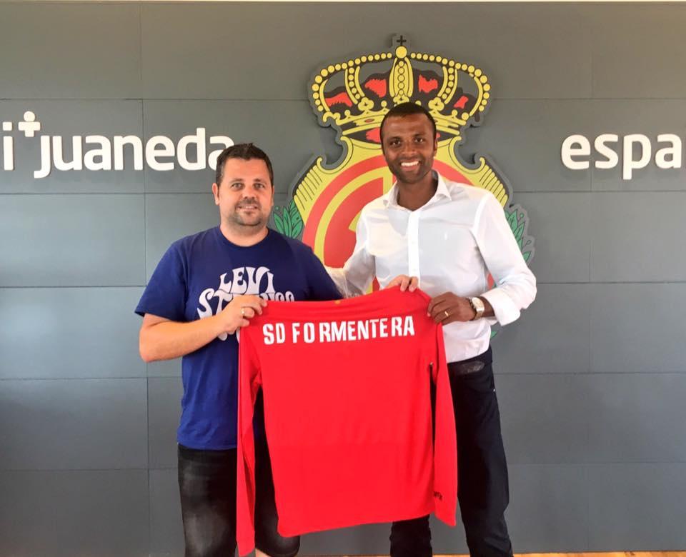 El Mallorca entregó al presidente del Formentera, Xicu Ferrer, una camiseta que conmemora el centenario del club bermellón (Foto: Facebook RCD Mallorca).