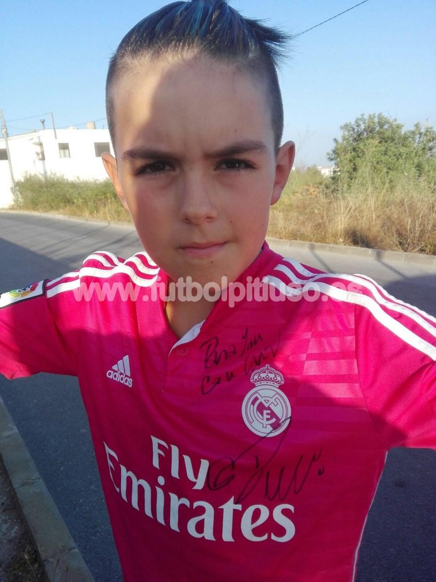 La estrella portuguesa del Real Madrid le firmó un autógrafo a Ian en su camiseta.