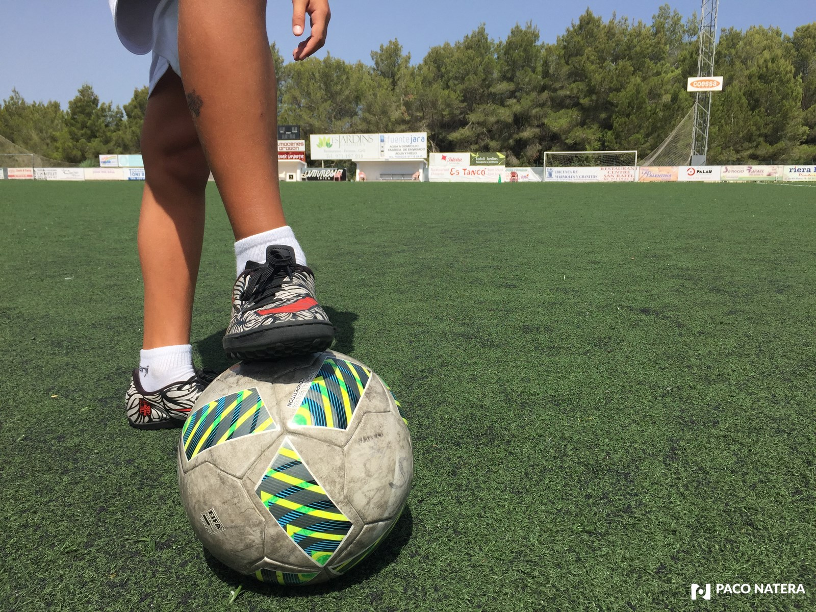 Un terreno de juego artificial en buenas condiciones evita posibles lesiones a los futbolistas.