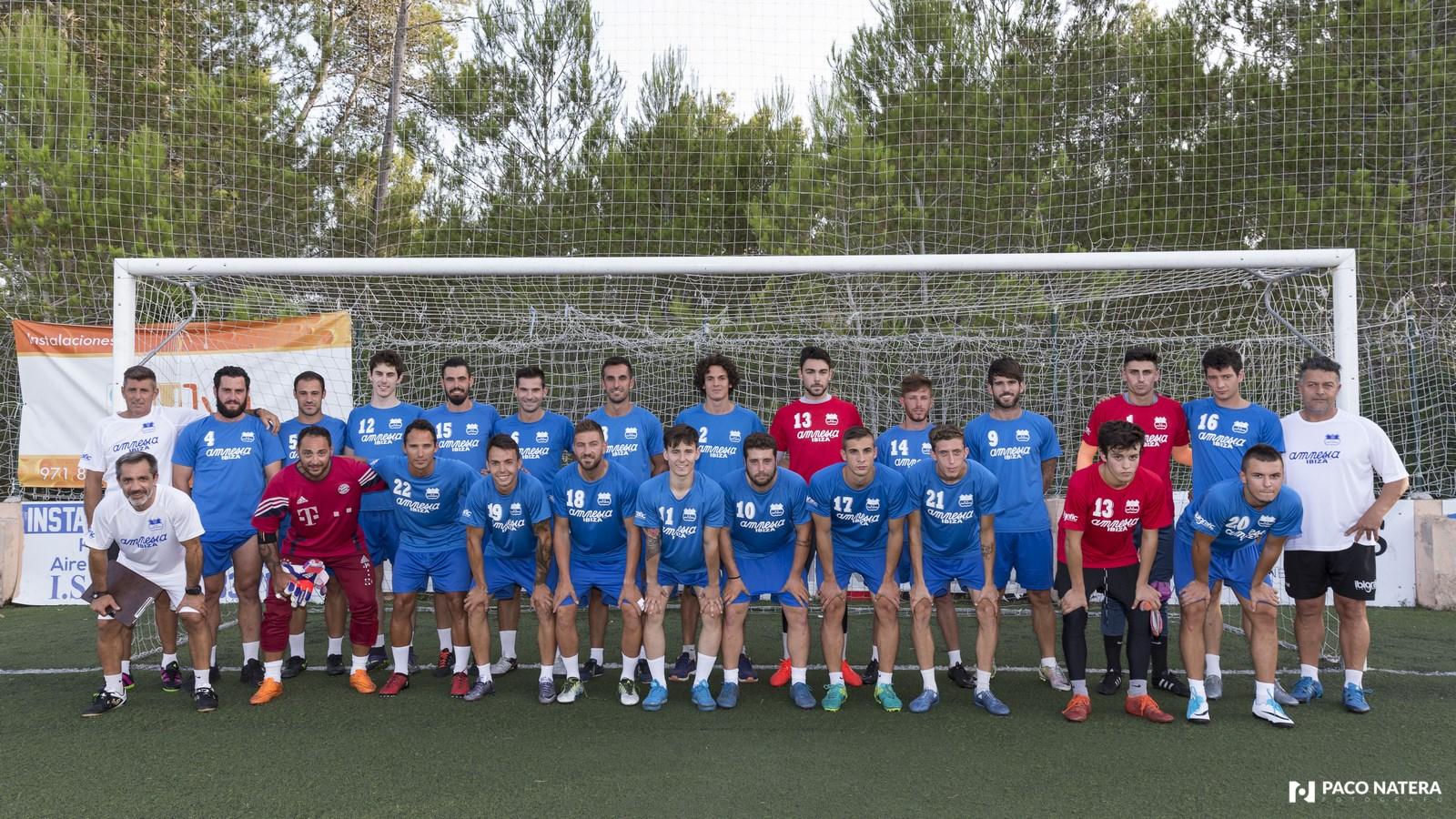 Foto de familia del equipo que entrena por sexta temporada consecutiva Vicente Román.