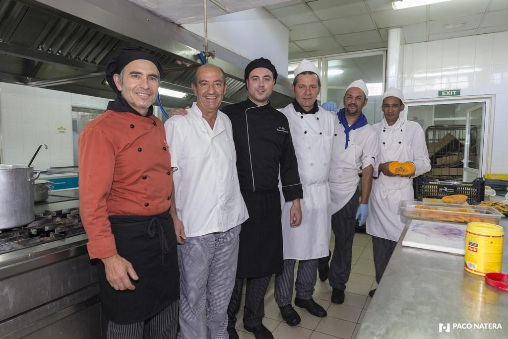 Pedro Medina posa con sus compañeros de cocina en un hotel de Es Canar.