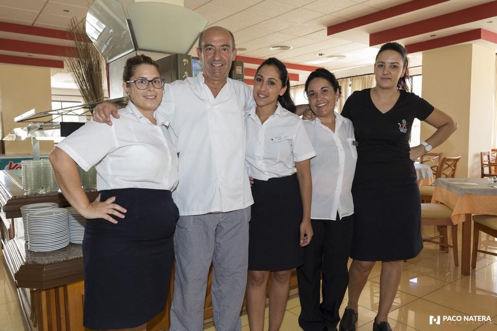 Las compañeras del comedor están ecantadas con el exjugador del Betis, una persona muy querida en el hotel.