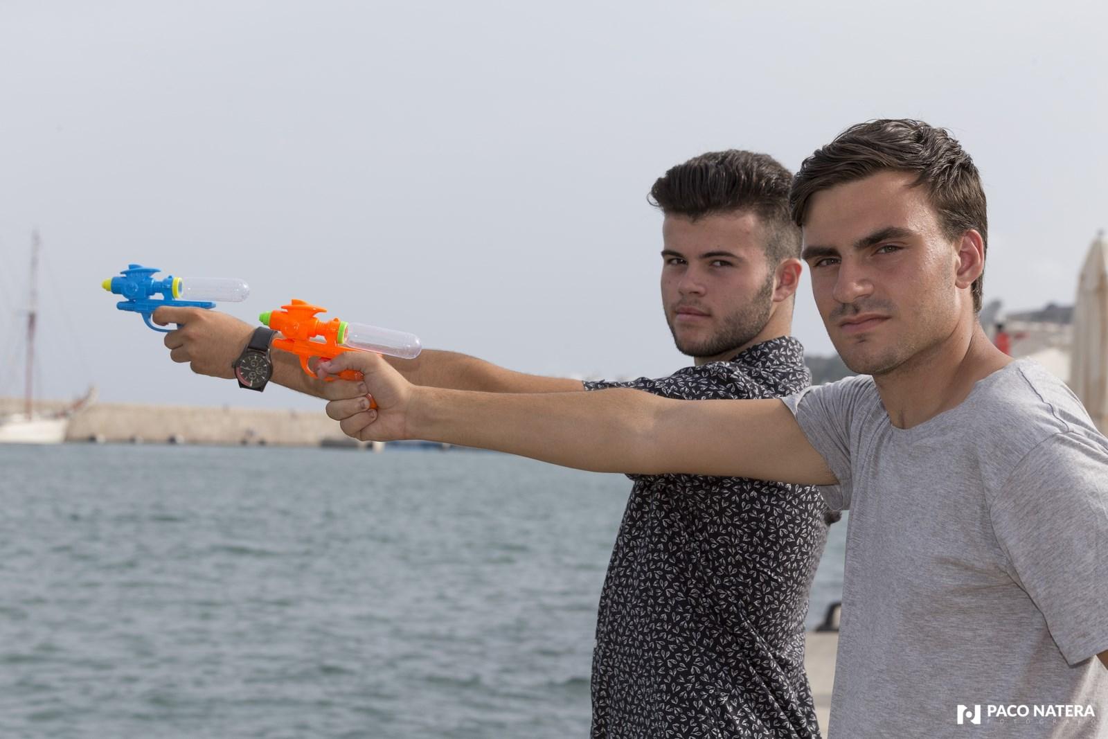 Los dos cazafutbolisas siempre tienen preparadas sus pistolas.