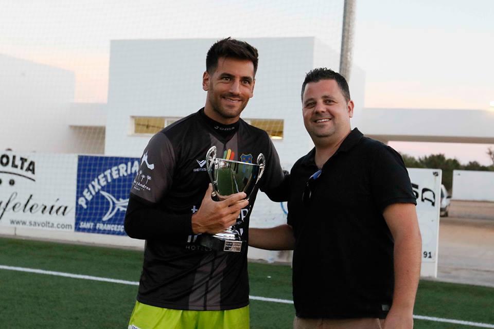 El portero Marcos Contreras recibió el Trofeo Trasmapi de manos del presidente del club, Xicu Ferrer (Foto: Facebook SD Formentera).