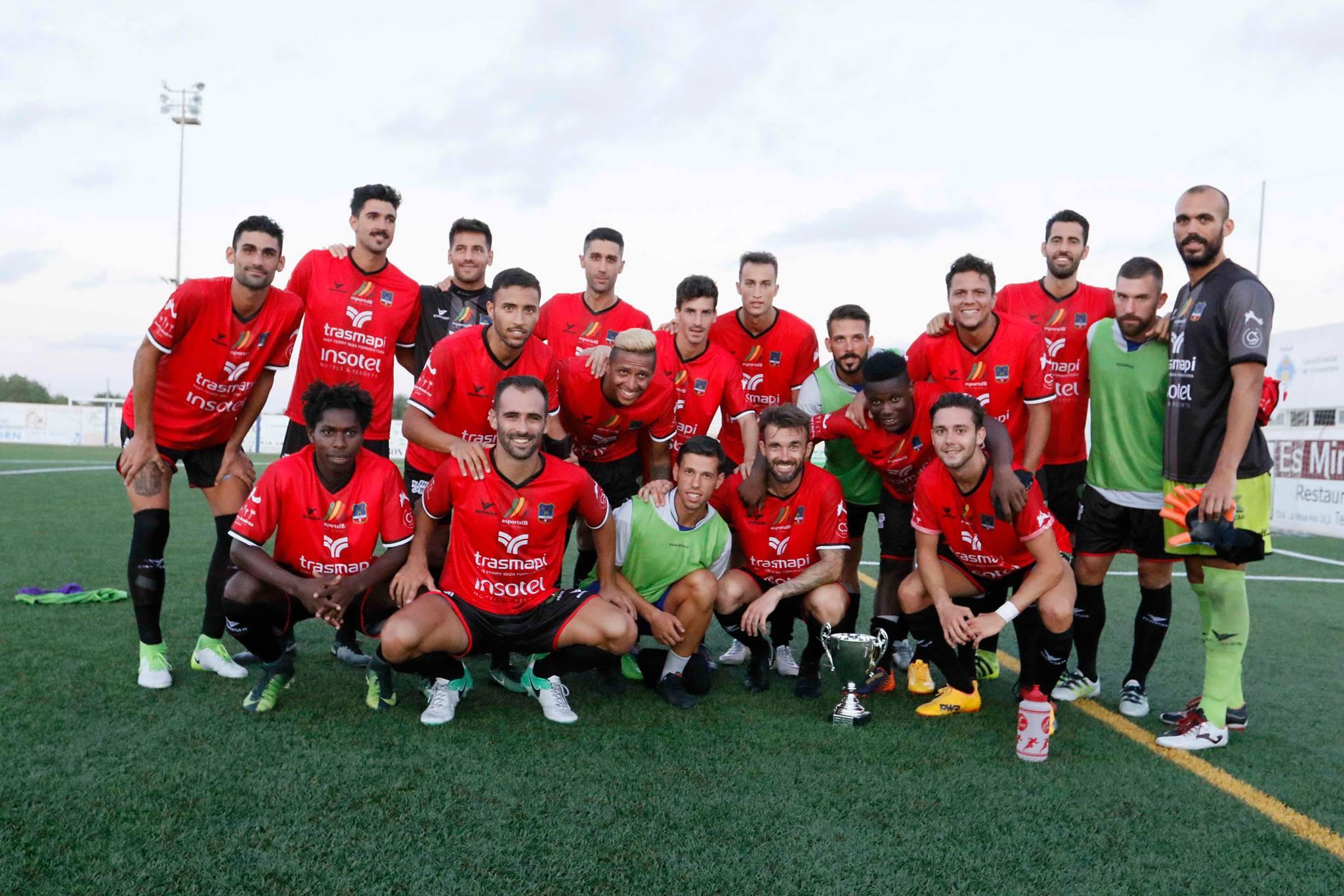 El equipo de Tito García Sanjuán posa después del partido frente a la Peña Deportiva (Foto: Facebook SD Formentera).