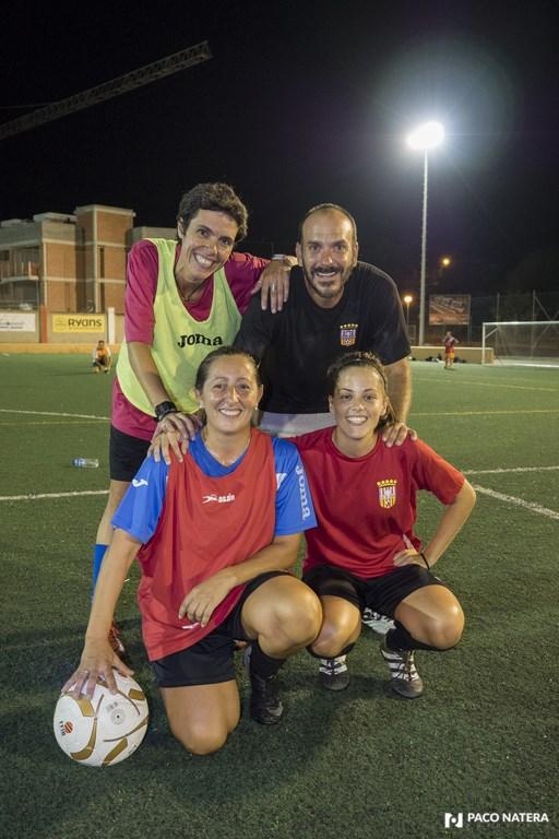 La tres capitanas del equipo rojiblanco posan con el mister para la cámara de Fútbol Pitiuso.