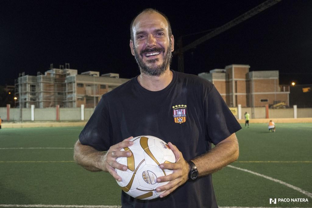 El entrenador del conjunto santaeulariense se muestra satisfecho con la implicación de sus jugadores en el nuevo proyecto.
