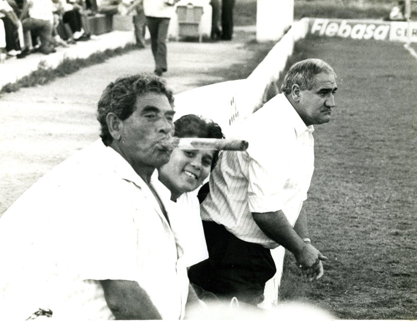 Alejo Rodríguez, fumando un puro en el campo de la calle Canarias. Junto a él, su hijo Pesetas' y uno de los entrenadores de la extinta SD Ibiza.