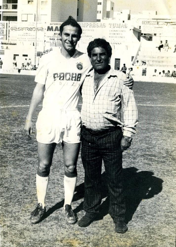Alejo posa con un futbolista de la SD Ibiza en el desaparecido campo de la calle Canarias.
