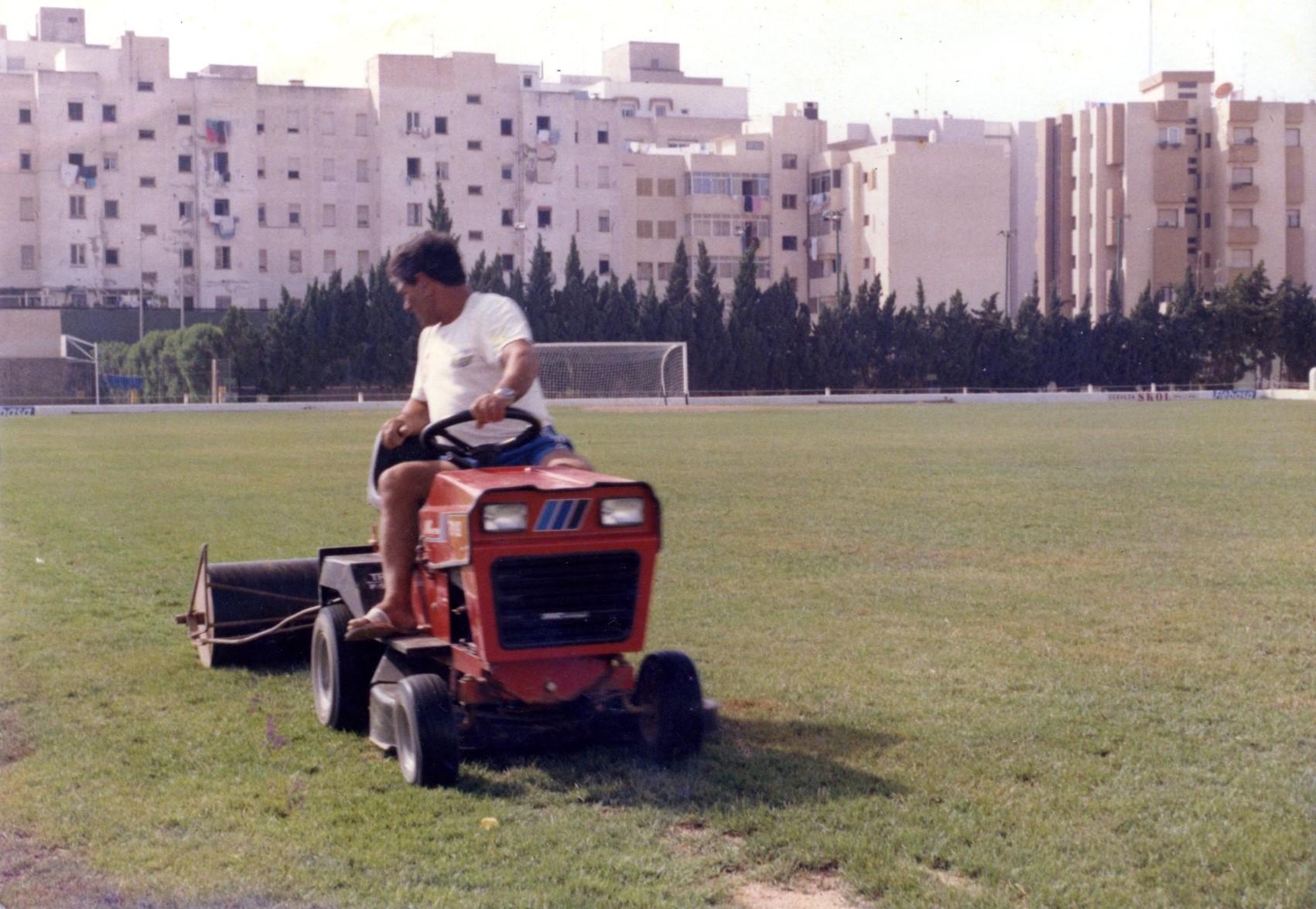 El que fuera empleado de la SD Ibiza segando el césped del histórico estadio de Vila.