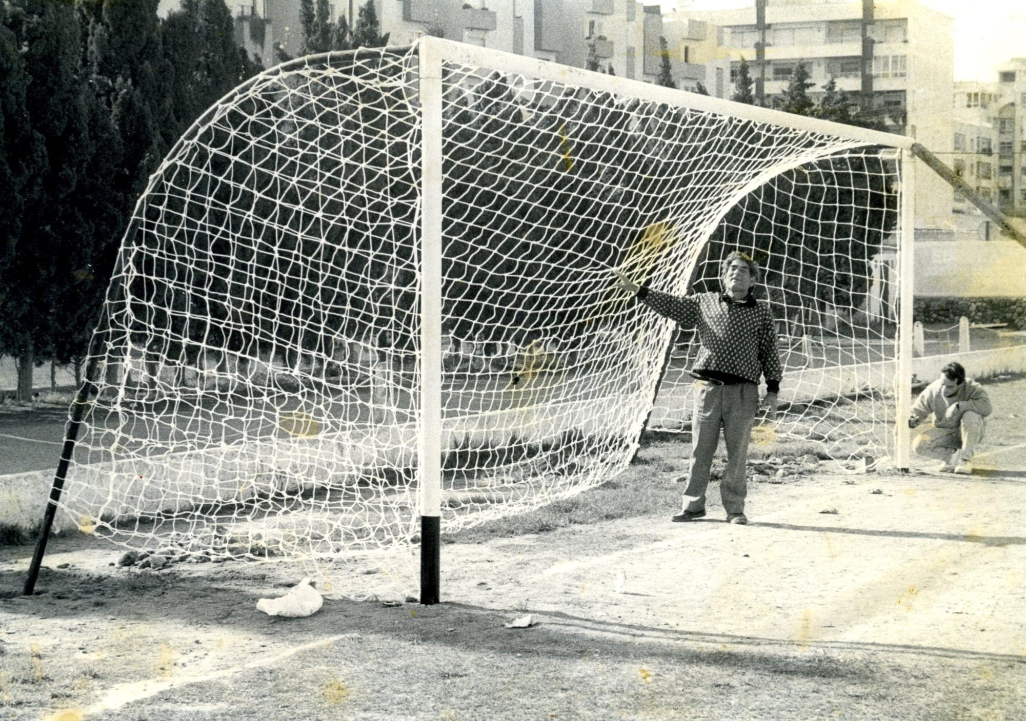 Alejo tenía el campo de fútbol con los chorros del oro. En la imagen, revisa el estado de la red de una de las porterías.