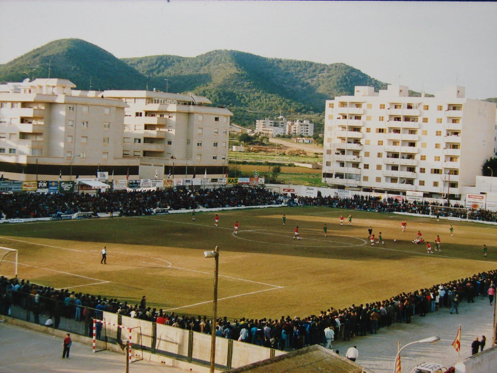 El campo de fútbol de la calle Canarias siempre se llenaba de espectadores cuando jugaba la SD Ibiza. En la imagen puede apreciarse el ambientazo que se respiraba alrededor del terreno de juego, de hierba natural.