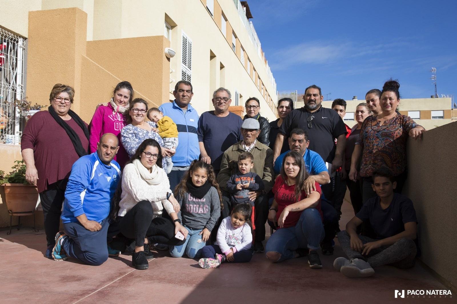 Alejo Rodríguez, rodeado de algunos de sus hijos y nietos en su casa de Cas Serres.