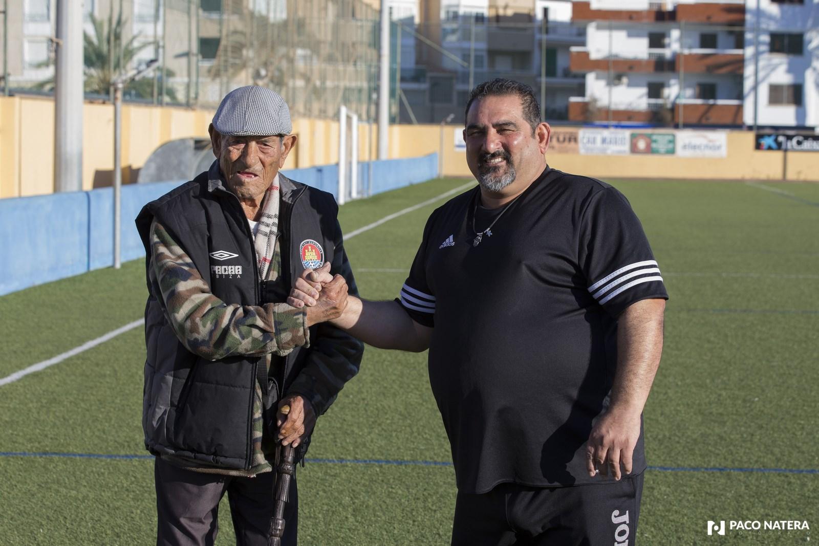 Padre e hijo se estrechan la mano en el campo de fútbol de Can Cantó.