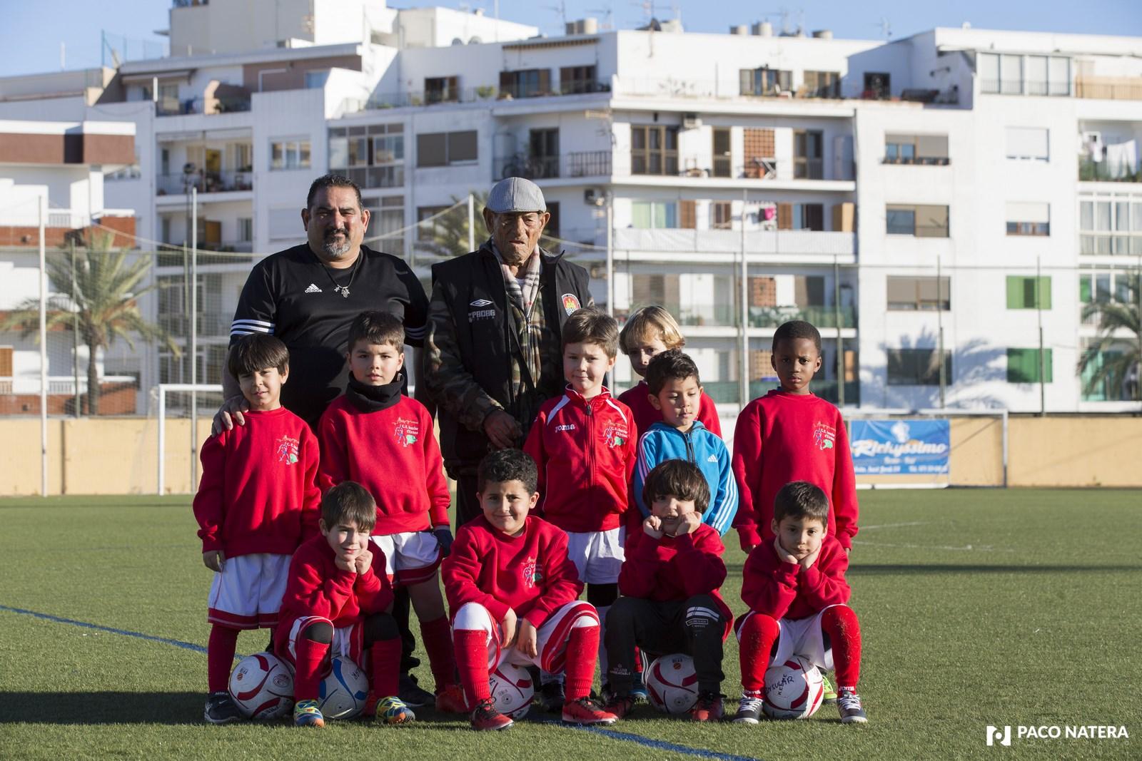 Alejo Rodríguez, junto a las nuevas generaciones de futbolistas ibicencos de las inferiores del Insular.