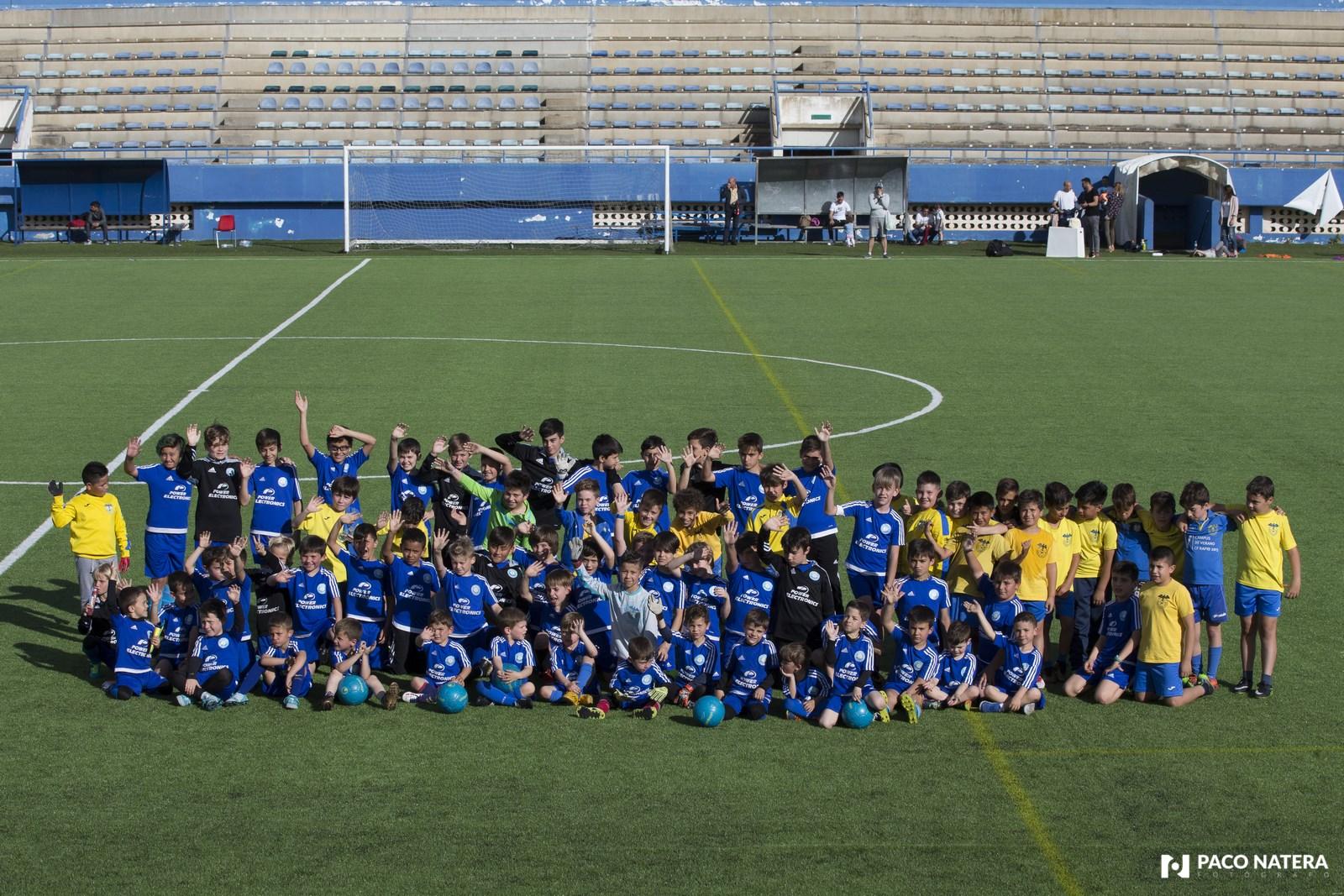 Jóvenes futbolistas posan para la cámara de Fútbol Pitiuso en Can Misses.