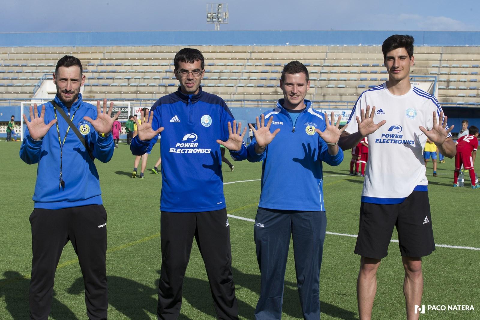 De izquierda a derecha: Ramiro, Jordi Riera, Juanan y Aitor, entrenadores de la base que muestran con sus manos los 10 años de Fútbol Pitiuso.
