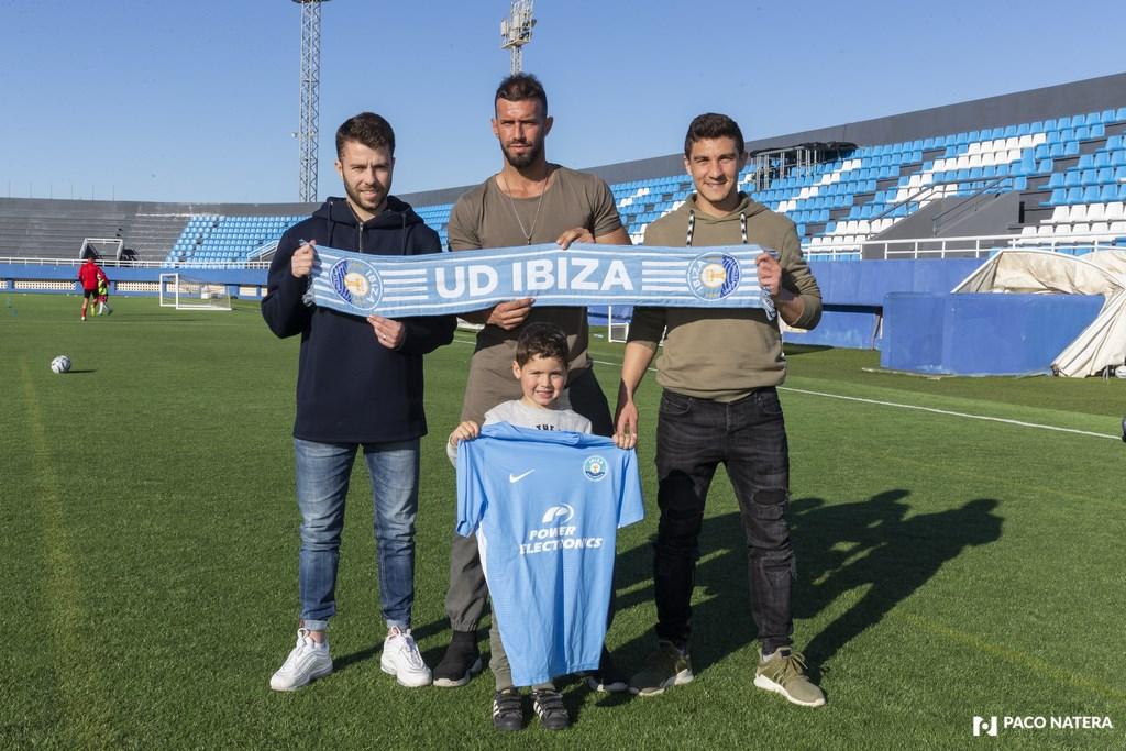 De izquierda a derecha: Jordi Tur, Reales y Marcos Behar, acompañados por Héctor, un joven aficionado.